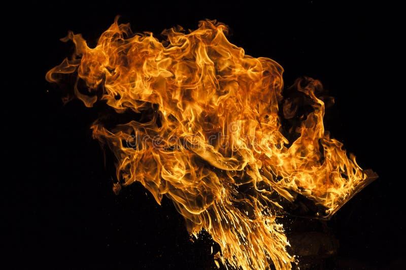 Φλόγα πυρκαγιάς στο μαύρο υπόβαθρο στοκ φωτογραφία