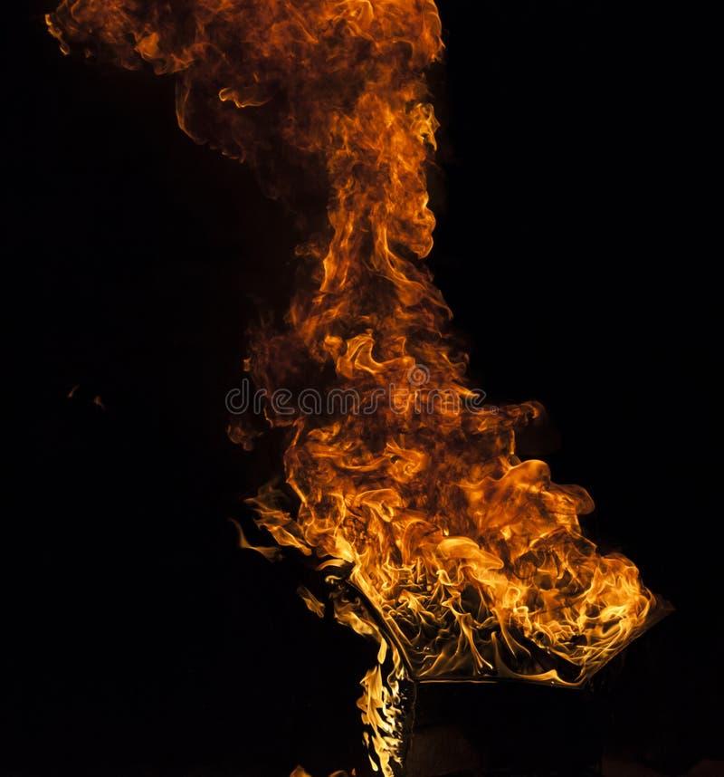 Φλόγα πυρκαγιάς στο μαύρο υπόβαθρο στοκ εικόνες