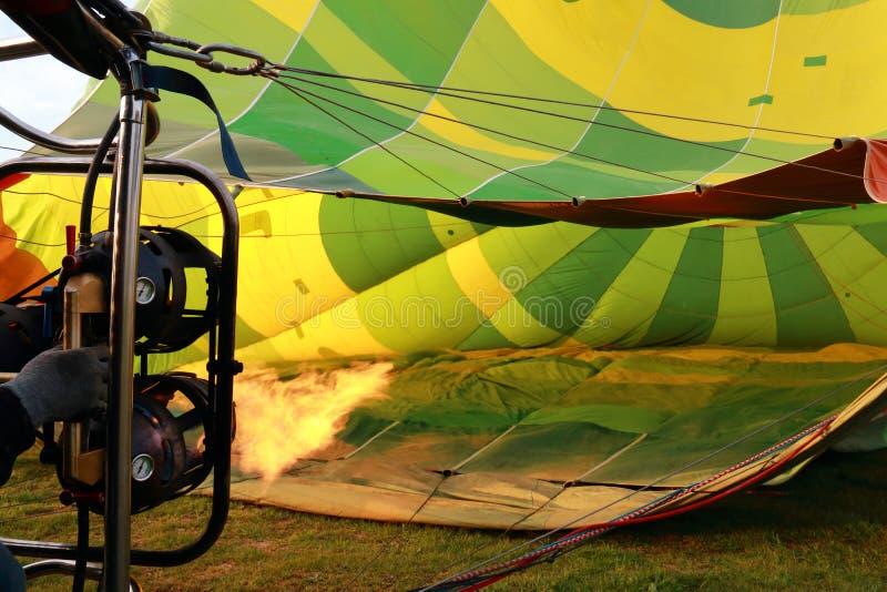 Φλόγες που γεμίζουν το μπαλόνι ζεστού αέρα στοκ εικόνες