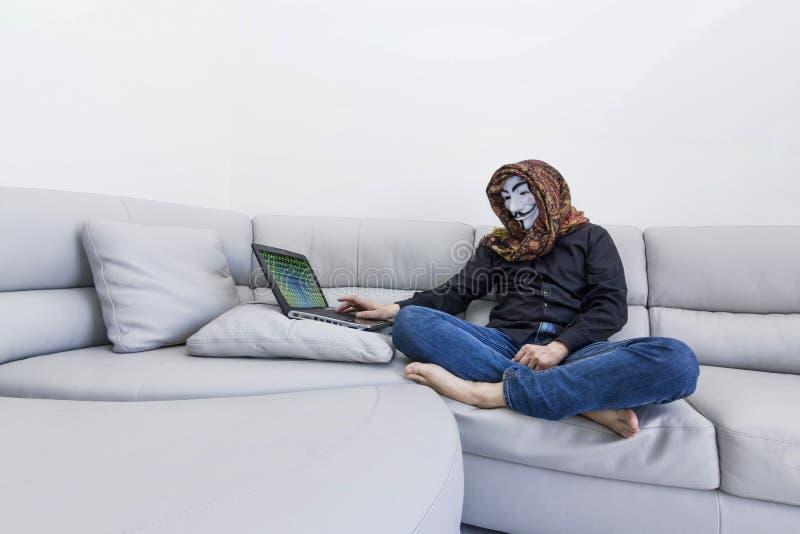 Χάκερ με το έγκλημα υπολογιστών cyber στοκ φωτογραφία με δικαίωμα ελεύθερης χρήσης