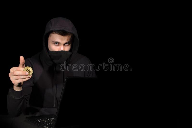 Χάκερ με το lap-top και bitcoin την έναρξη cyber της επίθεσης, στο Μαύρο στοκ φωτογραφία με δικαίωμα ελεύθερης χρήσης