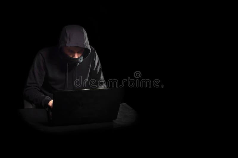 Χάκερ με το lap-top που αρχίζει cyber την επίθεση, στο Μαύρο στοκ φωτογραφίες με δικαίωμα ελεύθερης χρήσης