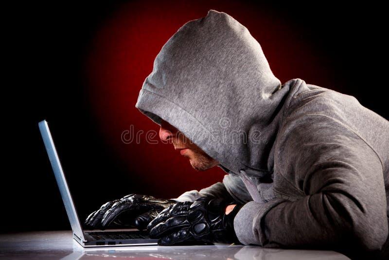 Χάκερ με το lap-top στοκ φωτογραφίες