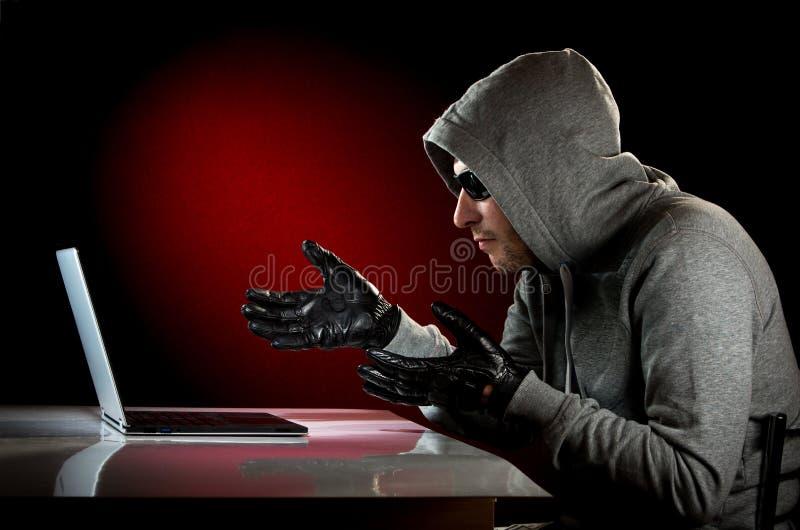 Χάκερ με το lap-top στοκ εικόνα με δικαίωμα ελεύθερης χρήσης