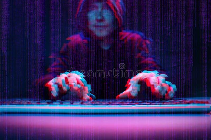 Χάκερ που εργάζεται με τον υπολογιστή στο σκοτεινό δωμάτιο με την ψηφιακή διεπαφή γύρω Εικόνα με την επίδραση δυσλειτουργίας στοκ εικόνες με δικαίωμα ελεύθερης χρήσης