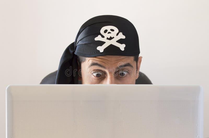 Χάκερ που φαίνεται έκπληκτος στοκ φωτογραφία με δικαίωμα ελεύθερης χρήσης