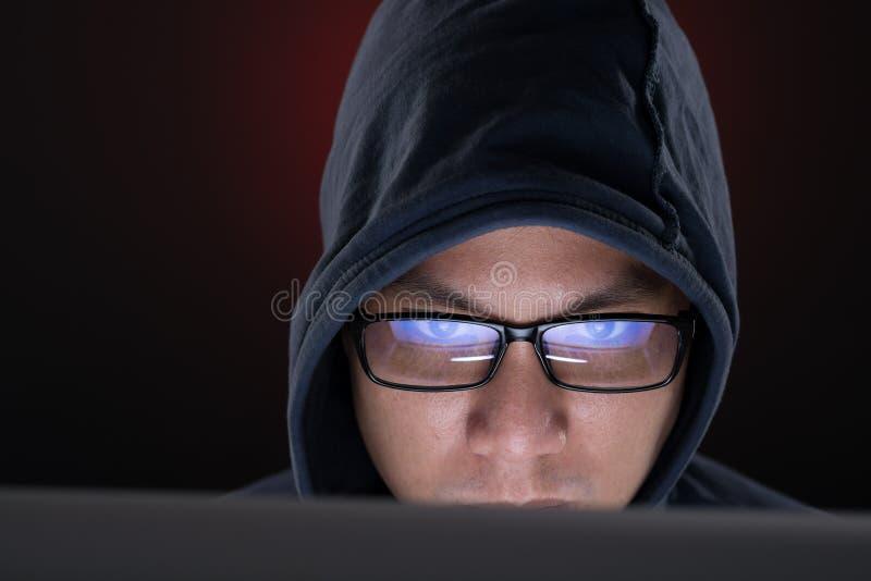 Χάκερ στην εργασία στοκ εικόνα με δικαίωμα ελεύθερης χρήσης