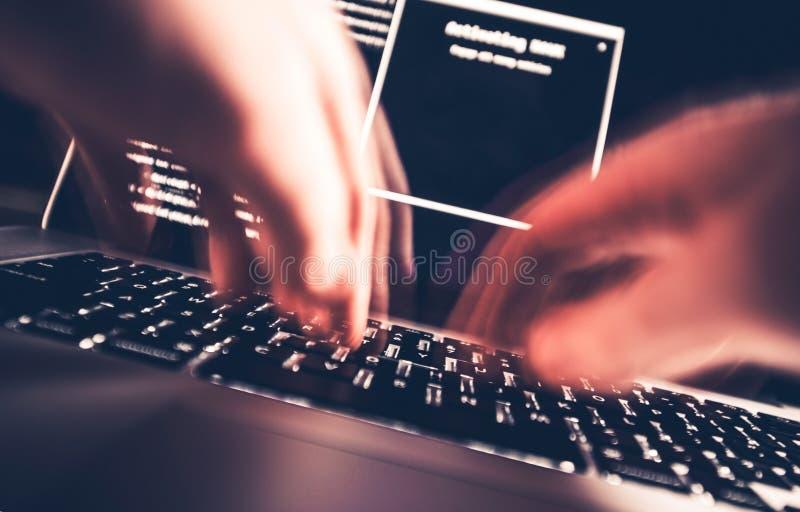 Χάκερ στην εργασία στοκ φωτογραφίες με δικαίωμα ελεύθερης χρήσης