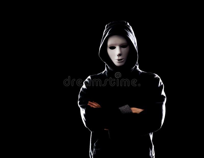 Χάκερ υπολογιστών στην άσπρη μάσκα και hoodie Κρυμμένο σκοτεινό πρόσωπο Κλέφτης στοιχείων, απάτη Διαδικτύου, darknet και cyber ασ στοκ εικόνες