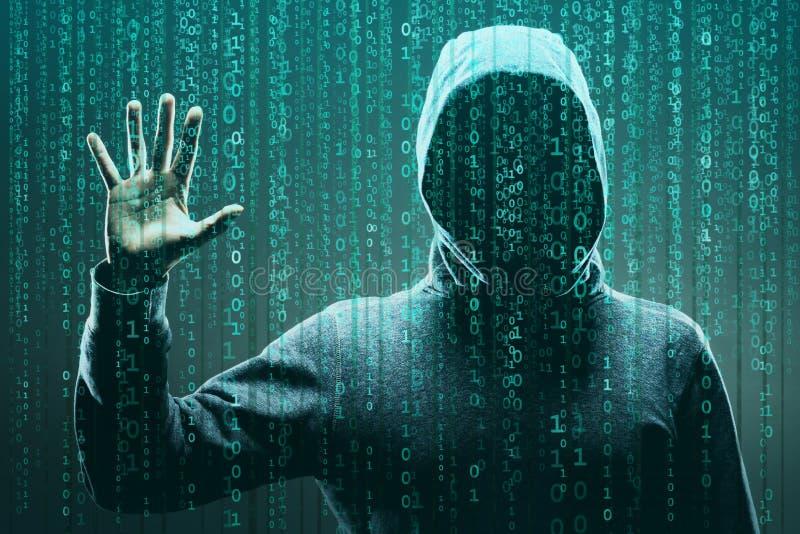 Χάκερ υπολογιστών στη μάσκα και hoodie πέρα από το αφηρημένο δυαδικό υπόβαθρο Κρυμμένο σκοτεινό πρόσωπο Κλέφτης στοιχείων, απάτη  στοκ εικόνες