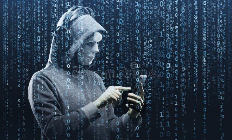 Χάκερ υπολογιστών στη μάσκα και hoodie πέρα από το αφηρημένο δυαδικό υπόβαθρο Κρυμμένο σκοτεινό πρόσωπο Κλέφτης στοιχείων, απάτη  στοκ φωτογραφία