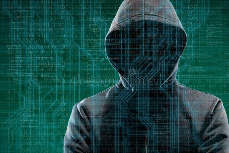 Χάκερ υπολογιστών στη μάσκα και hoodie πέρα από το αφηρημένο δυαδικό υπόβαθρο Κρυμμένο σκοτεινό πρόσωπο Κλέφτης στοιχείων, απάτη  στοκ φωτογραφίες