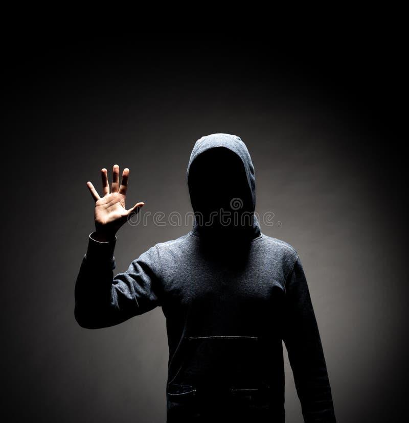 Χάκερ υπολογιστών στο hoodie Κρυμμένο σκοτεινό πρόσωπο Κλέφτης στοιχείων, απάτη Διαδικτύου, darknet και cyber έννοια ασφάλειας στοκ φωτογραφίες με δικαίωμα ελεύθερης χρήσης