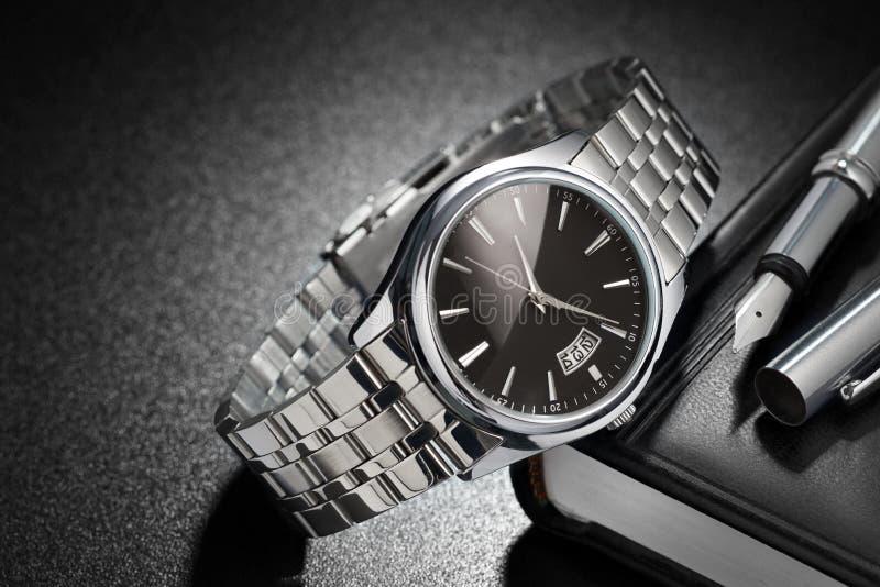 Χάλυβας wristwatch στο μαύρο υπόβαθρο στοκ εικόνα