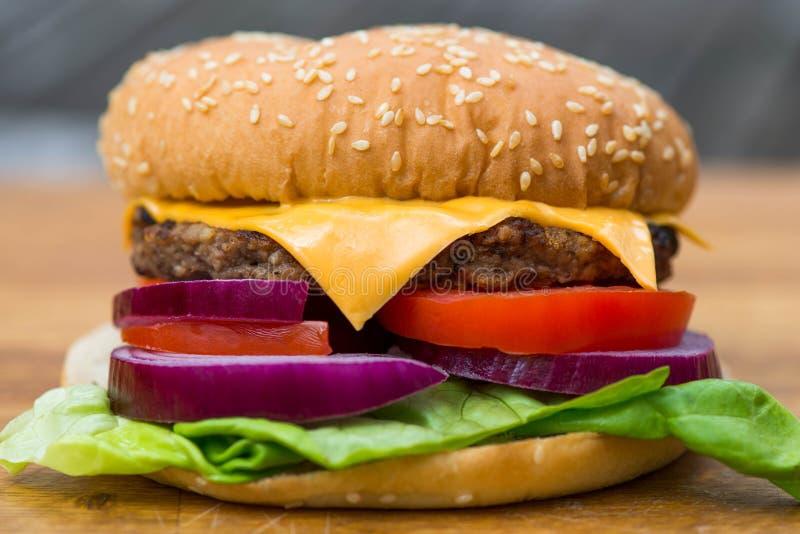 Χάμπουργκερ ή Beefburger λιβρών τετάρτων σε ένα κουλούρι ψωμιού σουσαμιού στοκ εικόνα με δικαίωμα ελεύθερης χρήσης