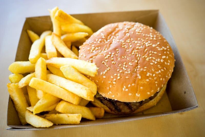 Χάμπουργκερ και γεύμα τσιπ στοκ φωτογραφίες με δικαίωμα ελεύθερης χρήσης