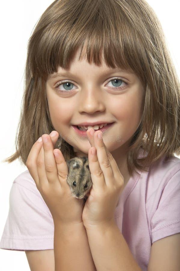 Χάμστερ εκμετάλλευσης μικρών κοριτσιών στοκ εικόνα με δικαίωμα ελεύθερης χρήσης