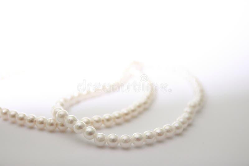 Χάντρες μαργαριταριών σε λευκό φόντο στοκ εικόνες