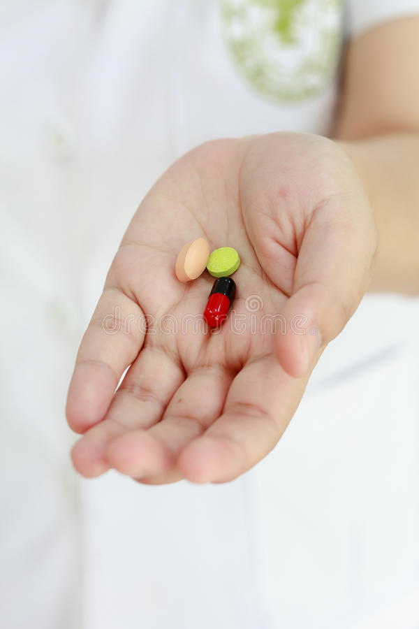 Χάπια ιατρικής εκμετάλλευσης χεριών γιατρών στοκ φωτογραφία με δικαίωμα ελεύθερης χρήσης