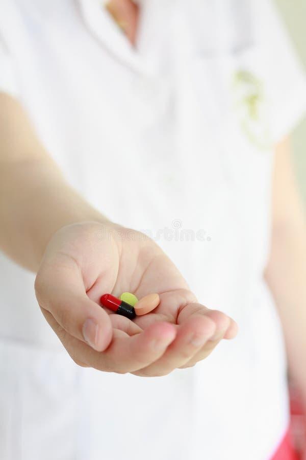 Χάπια ιατρικής εκμετάλλευσης χεριών γιατρών στοκ εικόνες