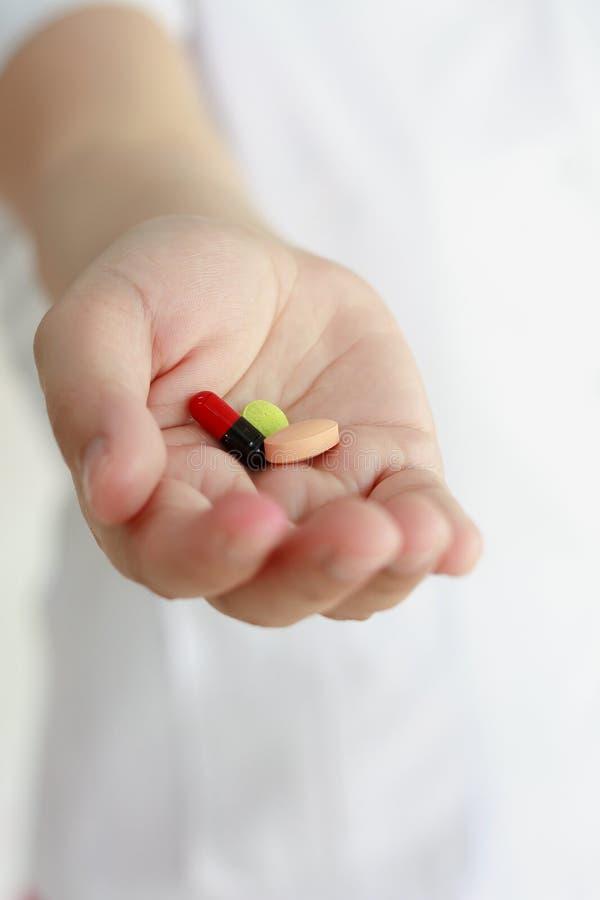 Χάπια ιατρικής εκμετάλλευσης χεριών γιατρών στοκ φωτογραφίες