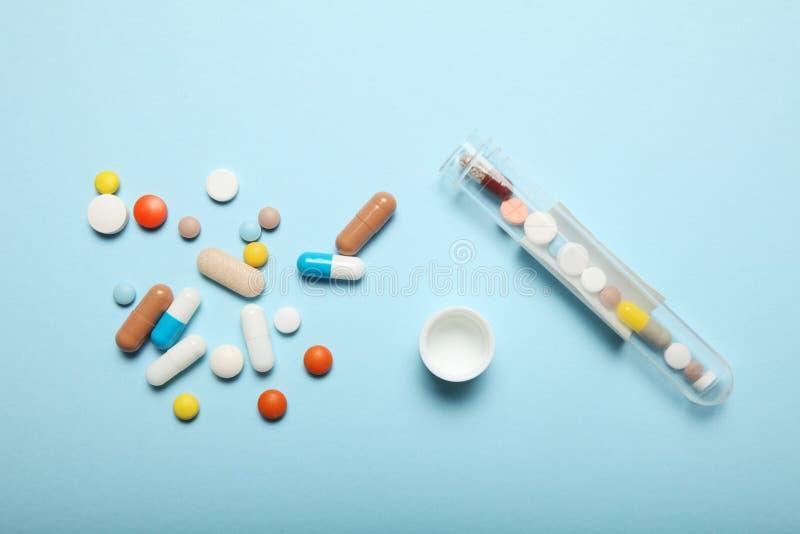 Χάπια και εθισμός στα ναρκωτικά Ιατρικές ζωηρόχρωμες κάψες στοκ εικόνα