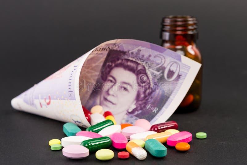 Χάπια στα ευρο- τραπεζογραμμάτια στοκ εικόνες με δικαίωμα ελεύθερης χρήσης