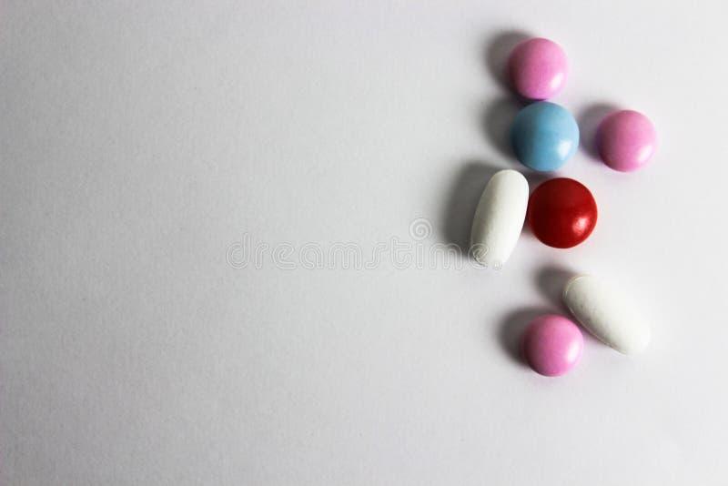 Χάπια στο άσπρο υπόβαθρο Ιατρική φροντίδα και επεξεργασία Ιατρική και χάπια, φάρμακα στο άσπρο υπόβαθρο Ζωηρόχρωμος ρόδινος, κόκκ στοκ εικόνες με δικαίωμα ελεύθερης χρήσης