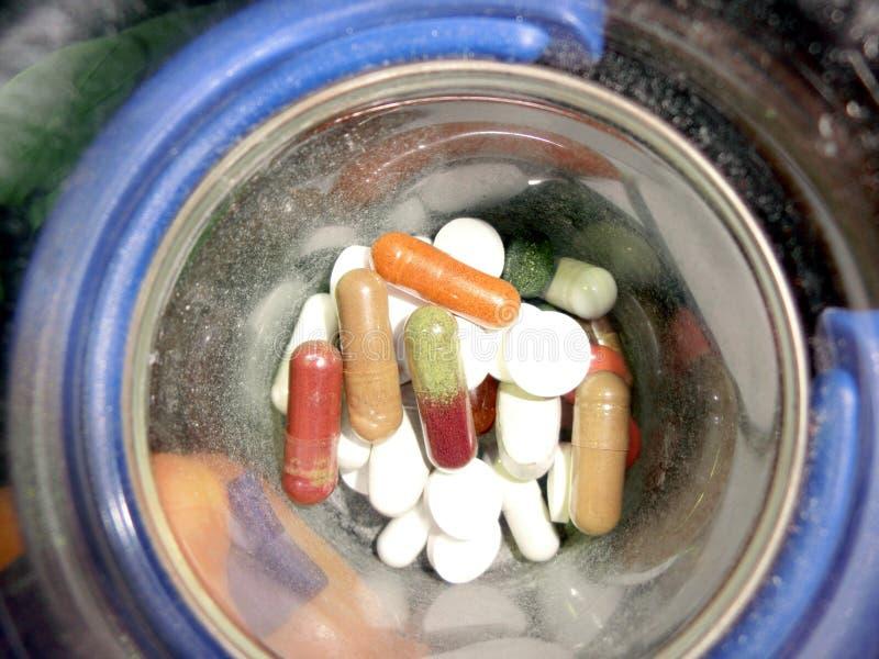 Χάπια στο κύπελλο στοκ εικόνες