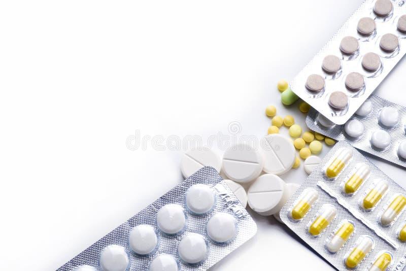 Χάπια, ταμπλέτες, θεραπείες στο λευκό στοκ φωτογραφία με δικαίωμα ελεύθερης χρήσης