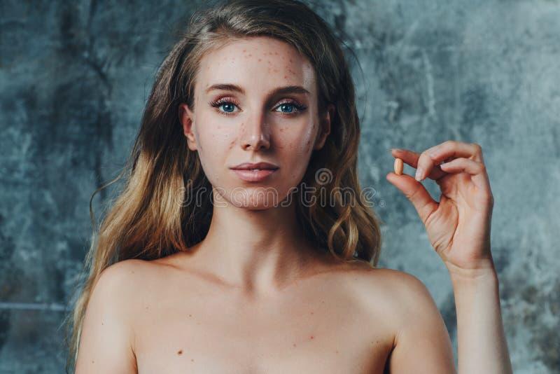 Χάπι που βοηθά με την ακμή στοκ εικόνες