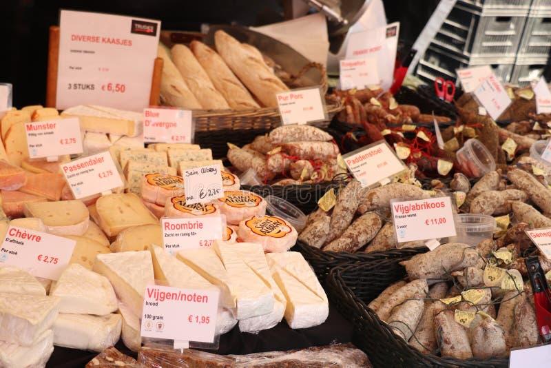 Χάρλεμ, οι Κάτω Χώρες, στις 6 Οκτωβρίου 2018: Τυρί και λουκάνικα στην αγορά στοκ εικόνες