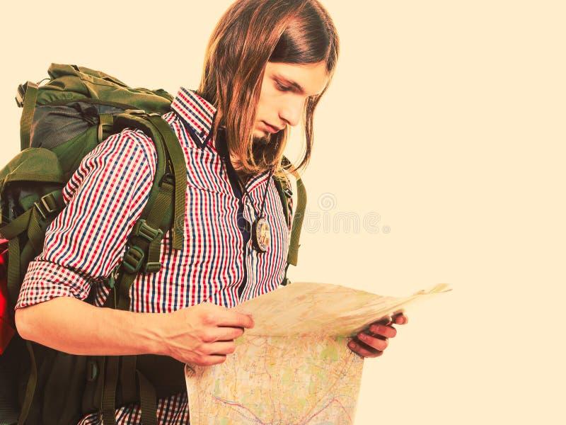Χάρτης ανάγνωσης τουριστών ατόμων backpacker formentera παραλιών νεολαίες γυν στοκ φωτογραφία