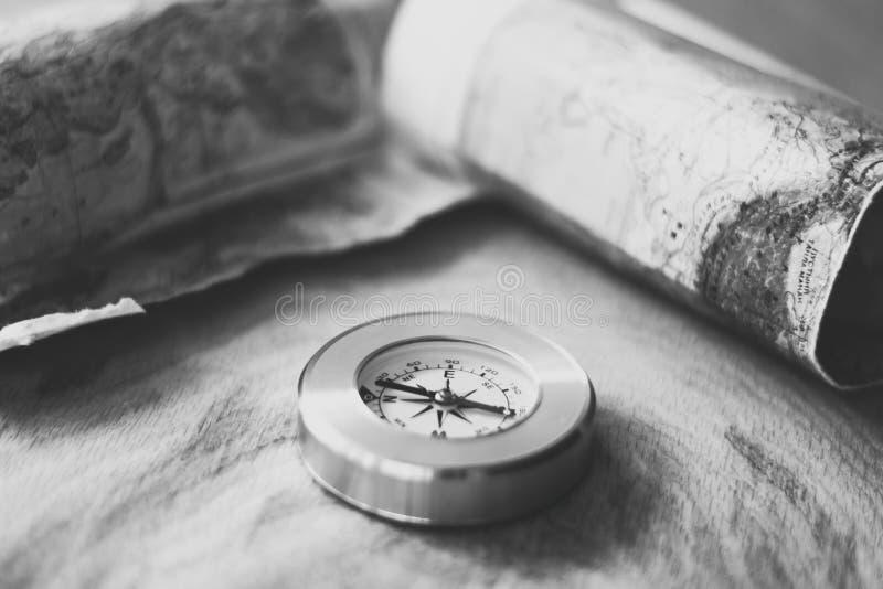 Χάρτης και πυξίδα που βρίσκονται στο ξύλινο υπόβαθρο, γραπτή φωτογραφία στοκ φωτογραφία με δικαίωμα ελεύθερης χρήσης
