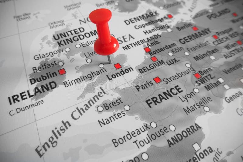 Χάρτης με τον κόκκινο δείκτη άνω του UK - Ευρώπη στοκ φωτογραφία με δικαίωμα ελεύθερης χρήσης