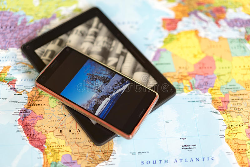 Χάρτης με το τηλέφωνο και ταμπλέτα στην κορυφή στοκ εικόνες