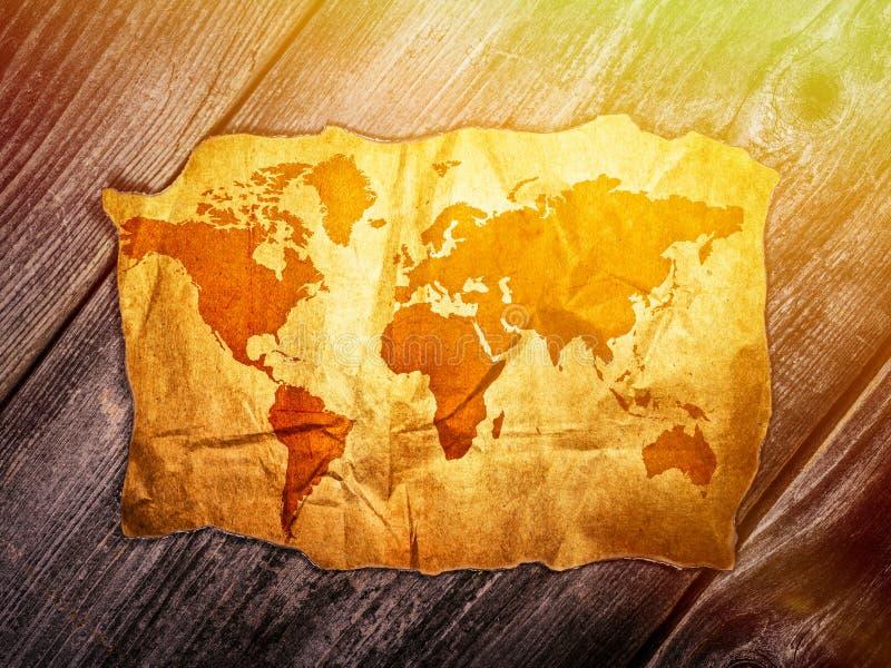 Χάρτης Παλαιών Κόσμων πέρα από το ξύλινο υπόβαθρο στοκ φωτογραφία με δικαίωμα ελεύθερης χρήσης