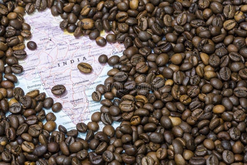 Χάρτης της Ινδίας κάτω από ένα υπόβαθρο των φασολιών καφέ στοκ εικόνες