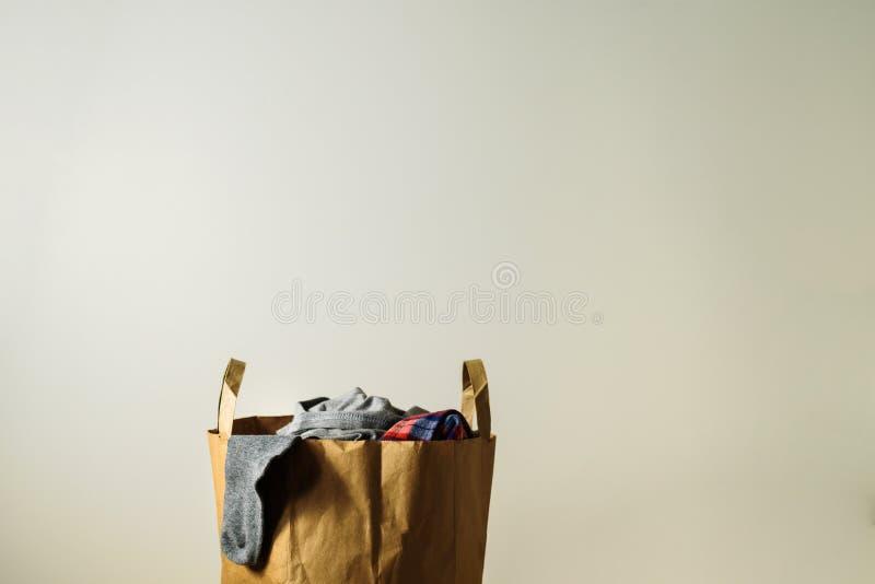 Χάρτινη σακούλα με δωρεά ρούχων στοκ εικόνες
