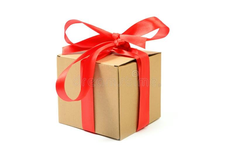 Χάρτινο κουτί με κόκκινη κορδέλα απομονωμένη στοκ φωτογραφία