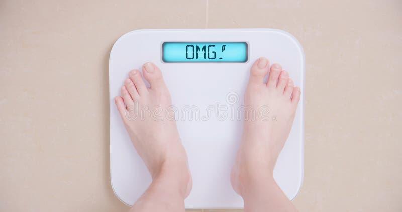 Χάστε την έννοια βάρους με την κλίμακα στοκ εικόνες