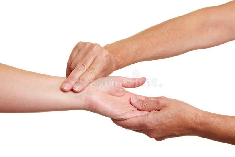 χέρια αίματος που μετρούν &t στοκ εικόνες