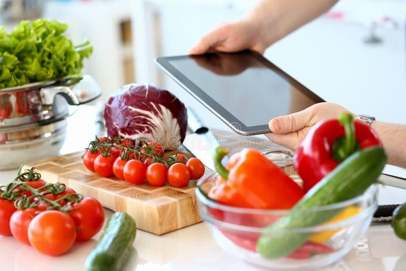 Χέρια αρχιμαγείρων που καταγράφουν τα οργανικά λαχανικά σαλάτας στοκ φωτογραφία με δικαίωμα ελεύθερης χρήσης