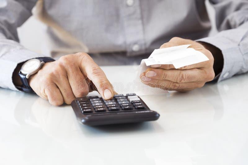 Χέρια ατόμων με τους λογαριασμούς και τον υπολογιστή στοκ φωτογραφία με δικαίωμα ελεύθερης χρήσης