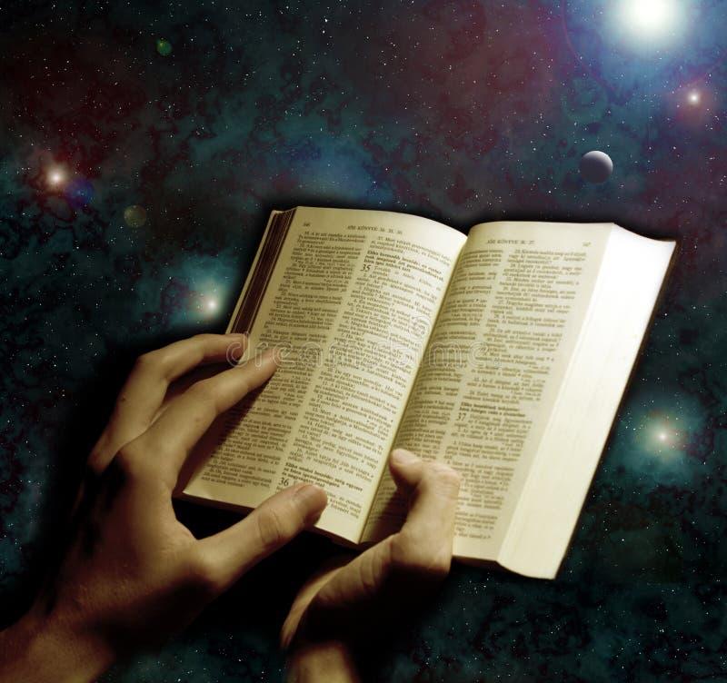 χέρια Βίβλων στοκ εικόνα