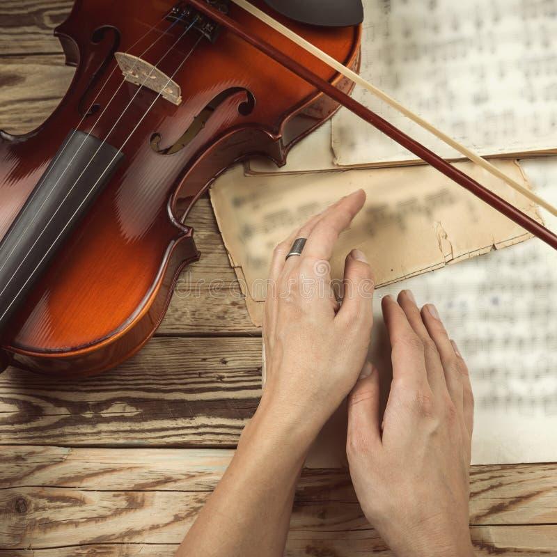 Χέρια βιολιστών στοκ εικόνες