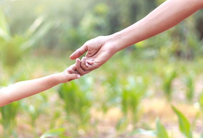 Χέρια βοήθειας εκμετάλλευσης πατέρων και παιδιών - την έννοια στοκ φωτογραφίες