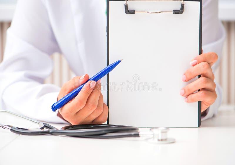 Χέρια γιατρού με έναν επίπεδος-πίνακα στοκ φωτογραφίες