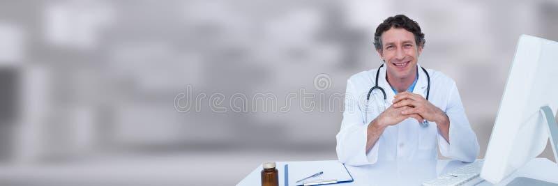 Χέρια γιατρών μαζί στο γραφείο στο άσπρο θολωμένο κλίμα στοκ εικόνα με δικαίωμα ελεύθερης χρήσης