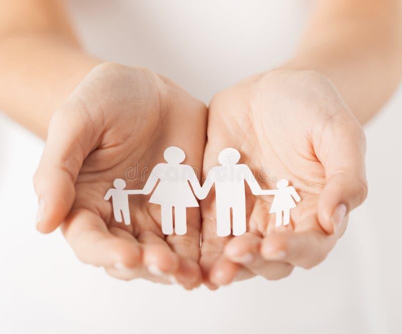 Χέρια γυναίκας με την οικογένεια ανδρών εγγράφου στοκ εικόνες με δικαίωμα ελεύθερης χρήσης